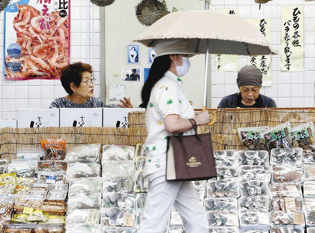 熱海温泉の土産物店=20日、静岡県熱海市で