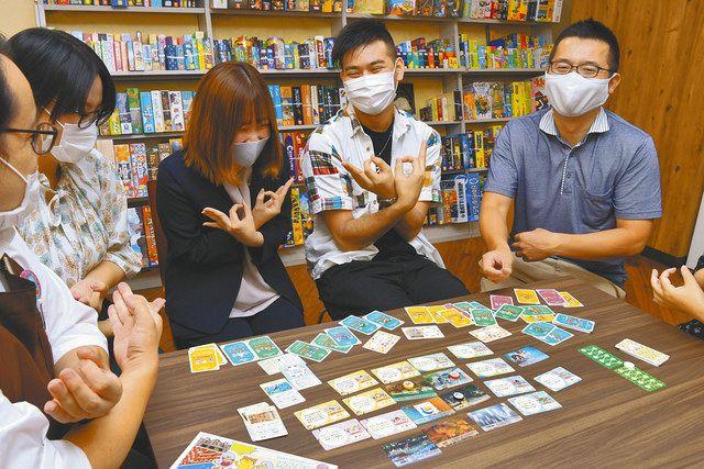 札は東西に長い埼玉県の形に並べる。映画「翔んで埼玉」で有名になった「埼玉ポーズ」で盛り上がるヴェルフェルのメンバー