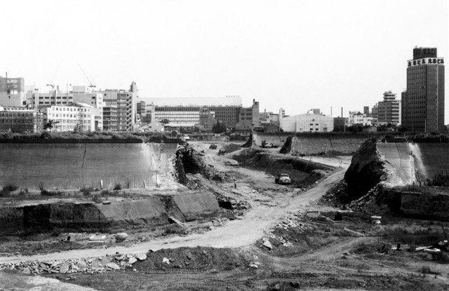 1966年8月28日 新宿副都心の建設風景。今の都庁あたり。中央奥は京王百貨店ビル=いずれも新宿区立新宿歴史博物館提供