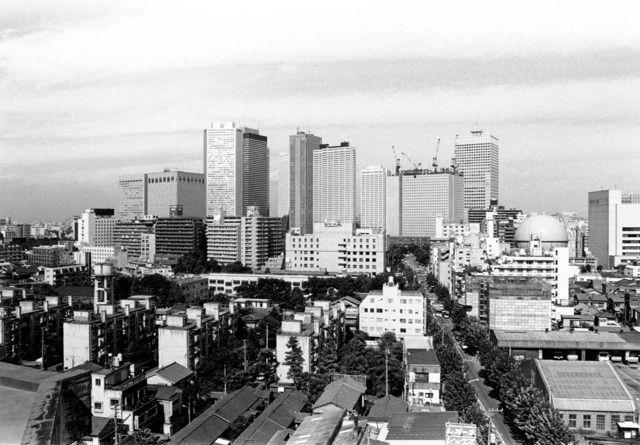 1981年8月ごろ 高層ビルが立ち並ぶ。右端にはこの地域の目印だった東京ガスの球形ガスタンクが見える