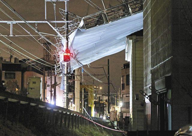 東急東横線・自由が丘―都立大学間の線路脇で倒壊した工事現場の足場(中央)=3日午前0時32分、東京都目黒区