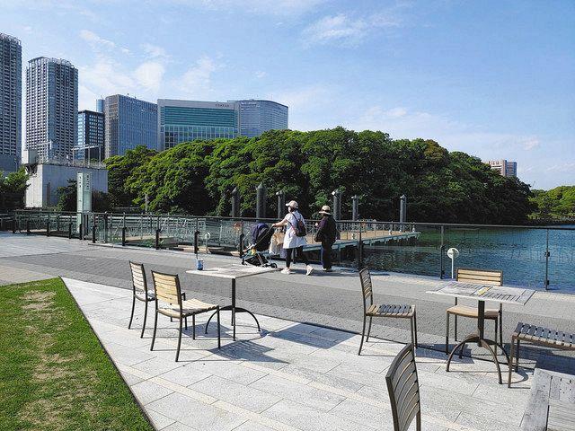 船着場付近を歩く親子連れ。奥の干潟にもスロープがあり、ベビーカーでも入ることができる=いずれも東京都港区で