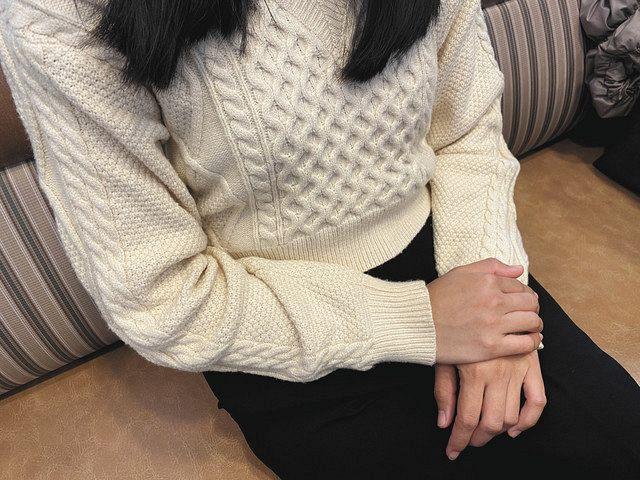 「毎月試験が繰り返され、結果が悪い人は名前を事務所に貼り出された」と語るフィリピン人女性=東京都内で