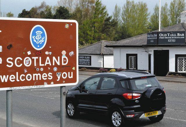 4月26日、英スコットランドのグレトナ・グリーンで、イングランドからスコットランドへ入ったことを示す看板