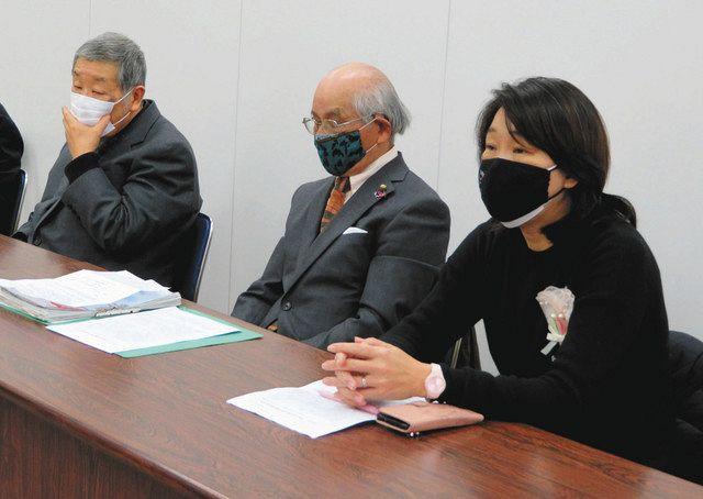 地域に広がる不安を訴える(写真右から)崔江以子さん、山口良春さん、裵重度さん=いずれも市役所で<br><br>