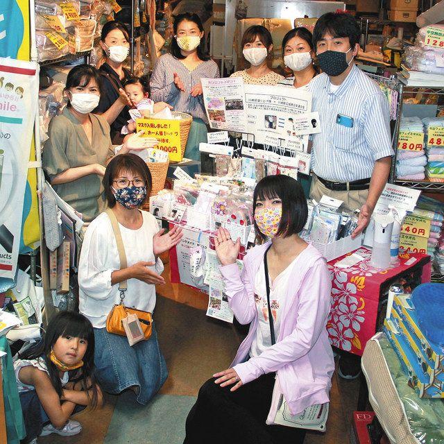 マスクを手作りしている川崎区盛り上げ隊!のメンバーたち=川崎区で