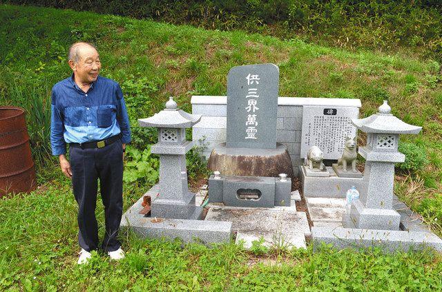 鎌田毅さんが建てた豚魂碑には豚の像とともに、豚の管理を手伝ってくれた愛犬の像も置かれている=葛尾村で
