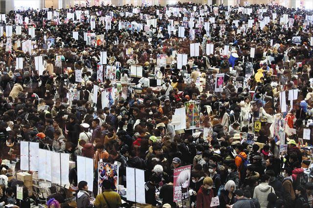 大勢の出展者と来場者でにぎわう2017年冬のコミックマーケット=東京ビッグサイトで