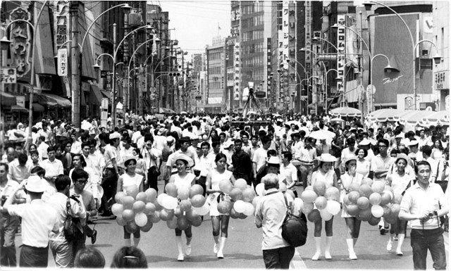 開放された車道をうめる人出(1970年8月2日)