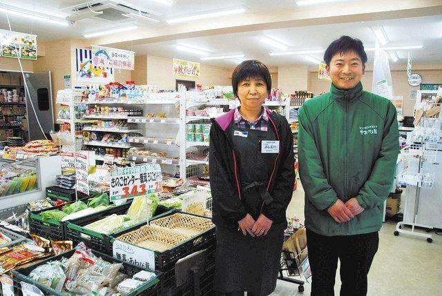 「たった一つのスーパー」で働く市川さん(右)と吉村さん