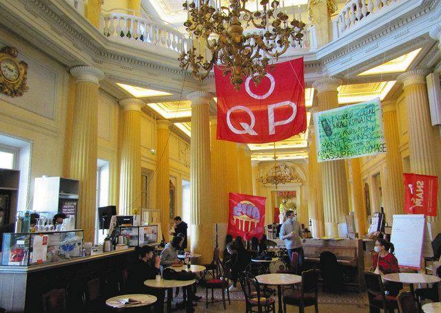 4月中旬、パリのオデオン座で、「占拠中」を意味する「OQP」の旗が掲げられたの喫茶室で談笑する芸術家ら