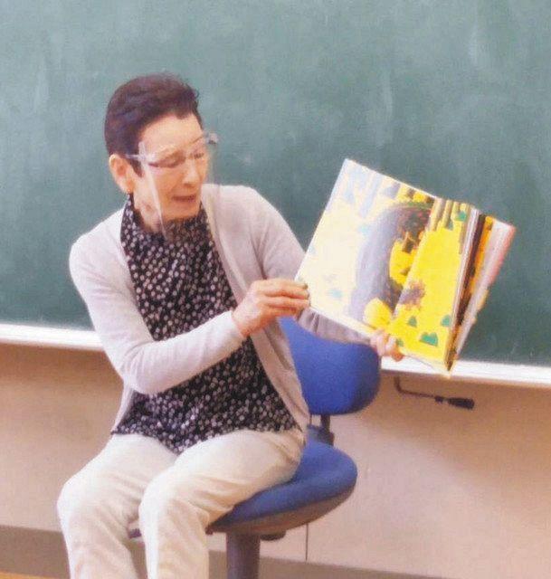 小学校で読み聞かせをする北條多美江さん