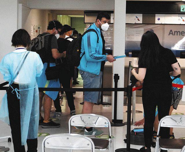 海外選手ら空港で一般客とハイタッチ 五輪コロナ対策「バブル」崩壊?:東京新聞 TOKYO Web