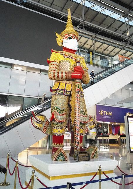 バンコクの国際空港ターミナルの「鬼の像」もマスク姿で警戒=岩崎健太朗撮影