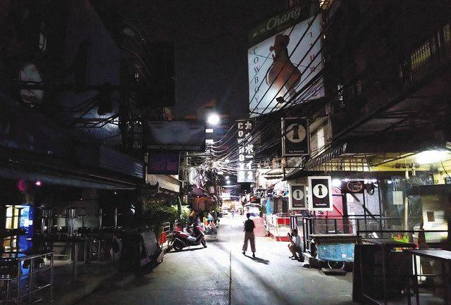 バンコクで8日、再度の営業規制を受けて人出が消えた歓楽街=岩崎健太朗撮影