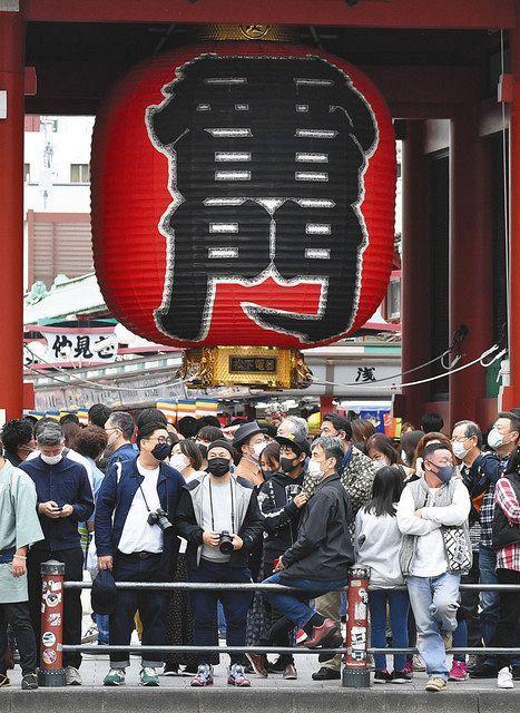 大勢の観光客らでにぎわう東京・浅草の雷門前=台東区で