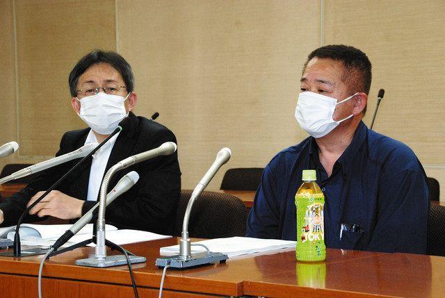 弁護士とともに記者会見する永石陽菜さんの父、洋さん(右)=東京都八王子市で
