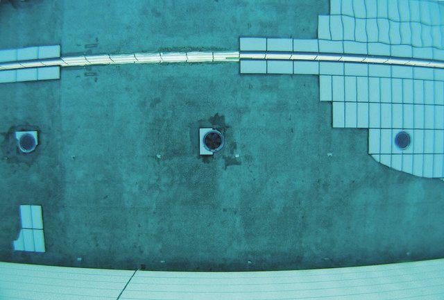 先月末の利用再開直後、壁面タイル 再び剥離 県富士水泳場
