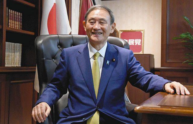 自民党総裁のいすに座る菅新総裁=東京・永田町の党本部