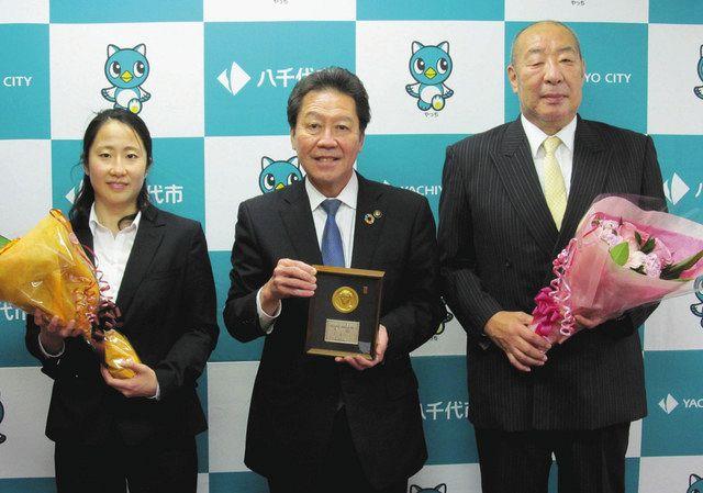水球女子、日本選手権5連覇 秀明大監督と主将が八千代市長に報告