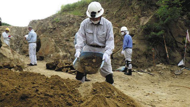 硫黄島での遺骨収集に参加 汗だくで見つけた「赤茶けた棒」<遺骨は ...