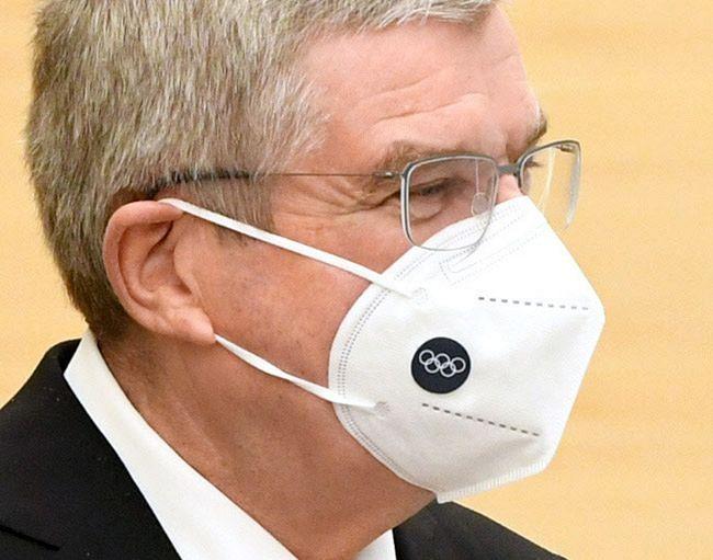 ネット上でIOCのバッハ会長着用マスクが医療従事者が使用する高機能の「N95マスク」ではと話題を呼んでいる。ワンポイントで五輪マークも