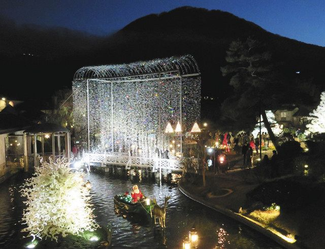 カモの親子が泳ぐ池に架かる光の回廊(中央)などがある庭園=箱根町で