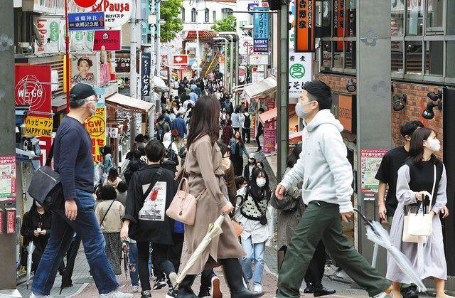 多くの人が行き交う原宿の竹下通り=東京都渋谷区で