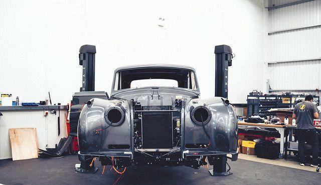 電気自動車に改造中のロールス・ロイス・ファントム=ルナズ・デザイン提供