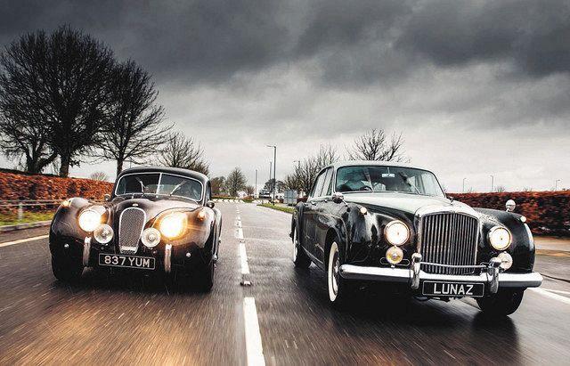 疾走する電化されたジャガーXK120(左)とベントレーS2=ルナズ・デザイン提供