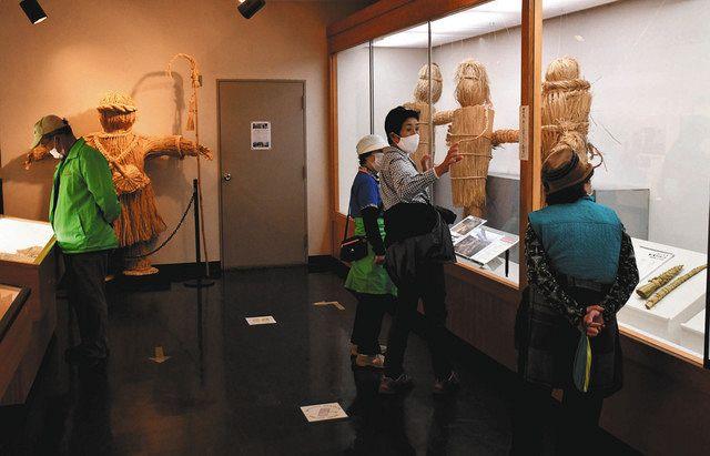 わらで編んだ等身大の鹿島人形などを展示した企画展。疫病退散を祈った信仰の様子が見て取れる=君津市立久留里城址資料館で