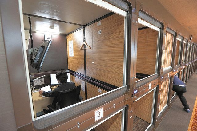 The workspace is the result of the redevelopment of the two-stage capsule chamber.If you lower the screen roller it will be almost a private room = at Pasera Cowork Shinjuku South Exit Ekimae store in Shinjuku-ku, Tokyo