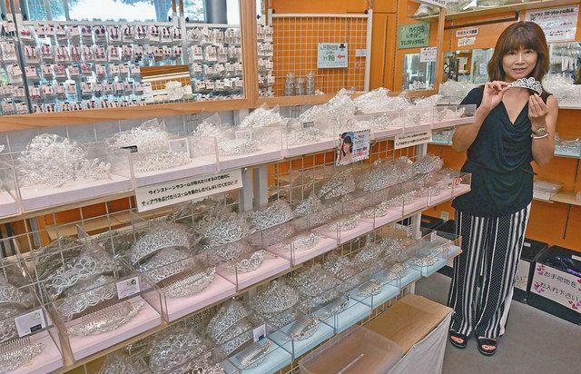 多彩なデザインのティアラ(円内)やイヤリングが並ぶ「アクセサリー大橋」。右は大橋富美代社長