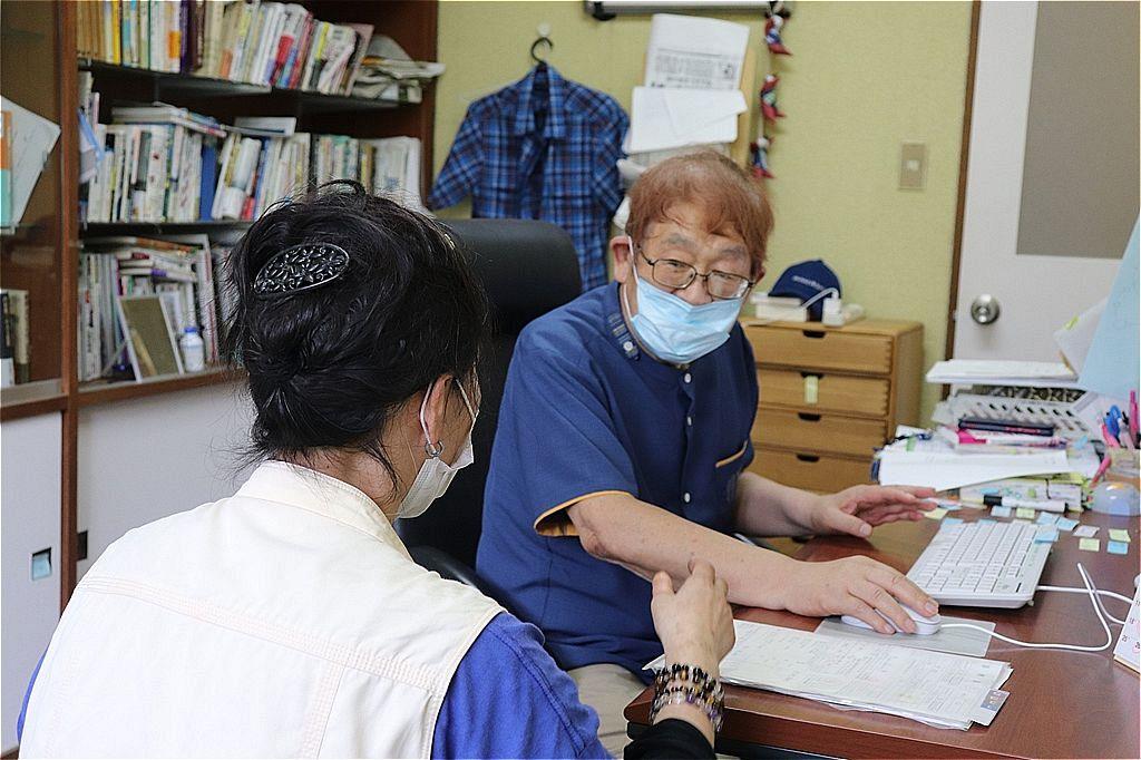 女性を診断する蟻塚医師=福島県相馬市のメンタルクリニックなごみ