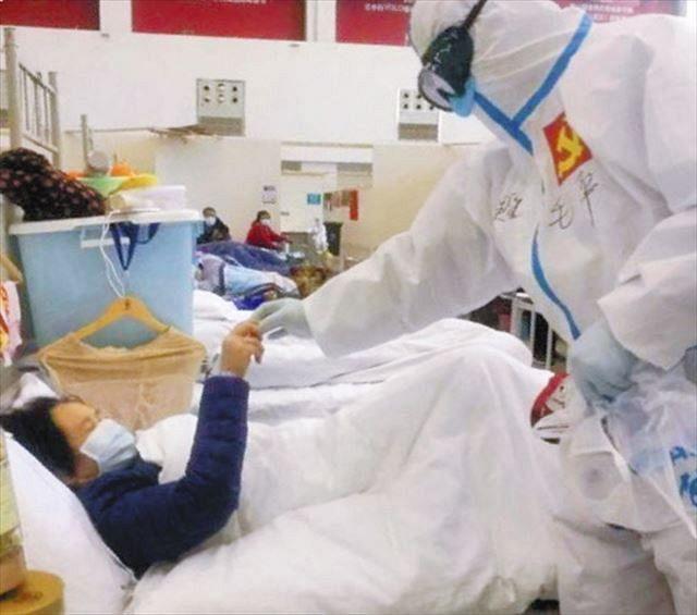 武漢市の仮設病院で2月20日、入院患者の心理ケアをする毛平さん(右)=毛平さん提供