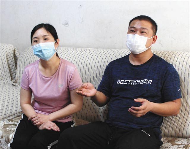 河北省の自宅で5月12日、ボランティア当時のことを振り返り、「武漢の人たちに幸せになってほしい」と語る夏雪利さん(右)と、妻の王樹亜さん=坪井千隼撮影
