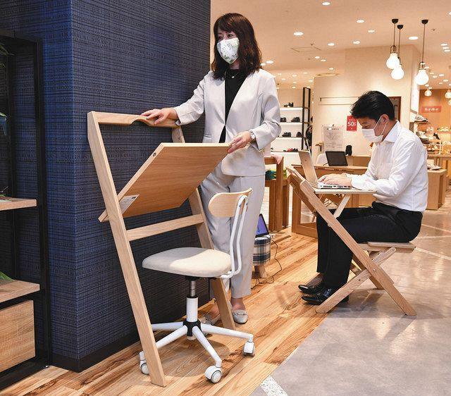壁に立て掛けて使うタイプ(左)や、椅子と天板一体型など様々なテレワーク用折り畳みデスクをそろえたN3rd(エヌサード)の店舗=東京都墨田区の丸井錦糸町店で