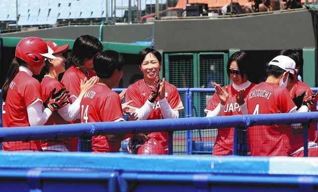 日本―オーストラリア コールド勝ちし、喜ぶナイン=7月21日、福島県営あづま球場で
