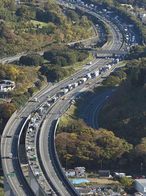 渋滞する東名高速下り線(右)
