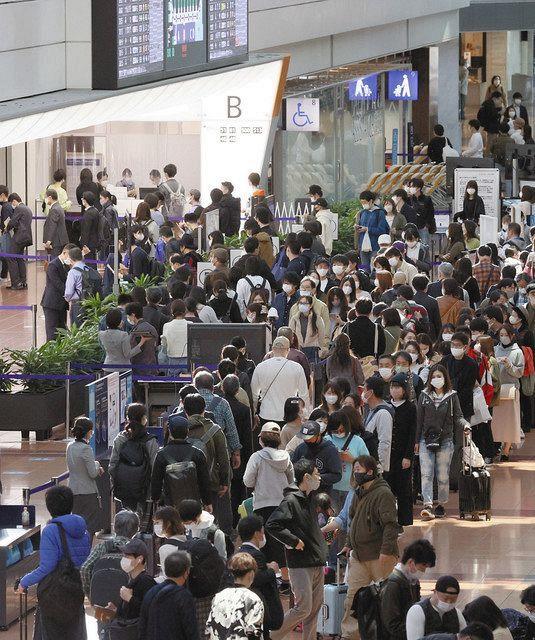 混雑する羽田空港国内線ターミナル