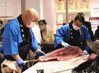 取れたて魚 長い列 太田に北茨城交流物産館が開業 マグロの解体販売も