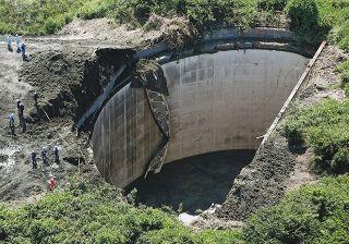 重機ごと男性が地下タンクに転落か 横浜の米軍施設跡地