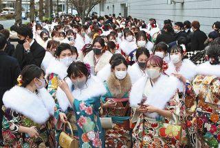 横浜市の成人式に1万5000人 入退場時に人が殺到、「密」も